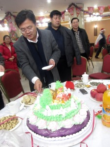 Mr. Xia, leader of the Education Bureau, cutting the cake